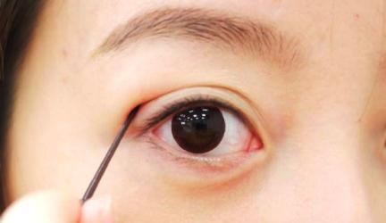 """""""Biến hóa"""" đôi mắt 1 mí thành 2 mí bằng keo cực đơn giản3"""