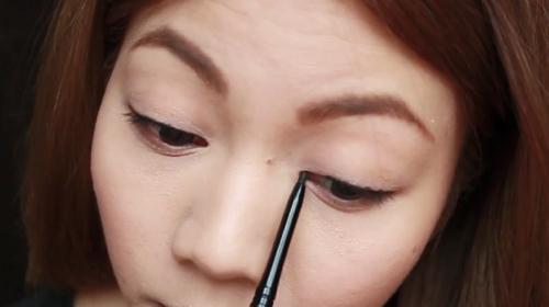 """""""Biến hóa"""" đôi mắt to tròn với cách kẻ mắt 1 mí cực đơn giản3"""