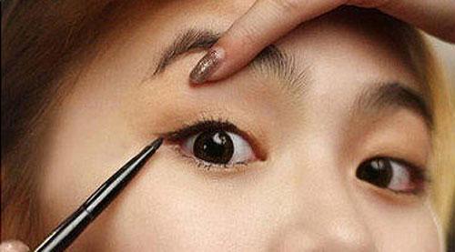 Cách làm cho mắt 1 mí to hơn nhờ 5 bước trang điểm cực đơn giản1
