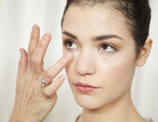 """""""Mách bạn"""" 5 cách make up giúp che bọng mắt dưới1"""