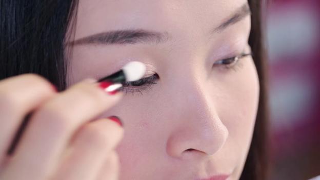 Học Đông Nhi cách trang điểm mắt 3 D đón giáng sinh về2