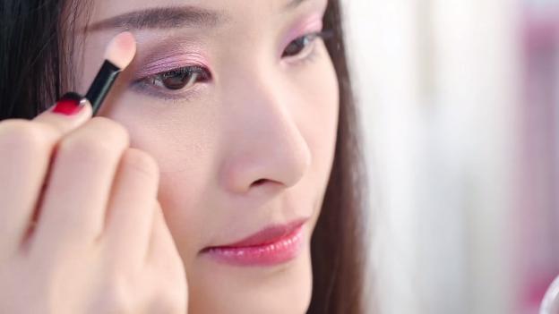 Học Đông Nhi cách trang điểm mắt 3 D đón giáng sinh về4