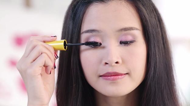 Học Đông Nhi cách trang điểm mắt 3 D đón giáng sinh về5