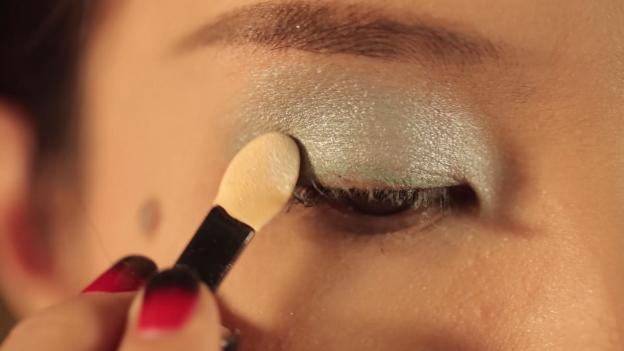 Học Đông Nhi cách trang điểm mắt 3 D đón giáng sinh về6