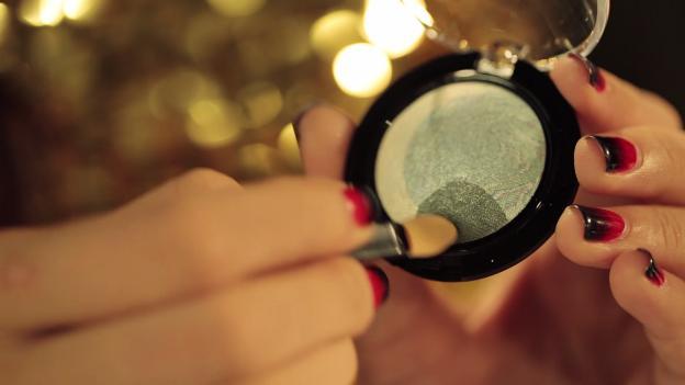 Học Đông Nhi cách trang điểm mắt 3 D đón giáng sinh về7