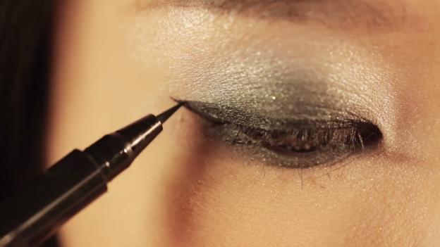 Học Đông Nhi cách trang điểm mắt 3 D đón giáng sinh về