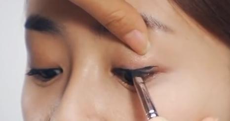 """Bí quyết trang điểm """"cơi nới"""" cho đôi mắt nhỏ3"""
