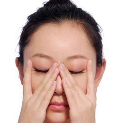 Đôi mắt khỏe đẹp với bài tập massage cho bóng hồng công sở2