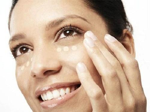 """""""Mẹo"""" make up khắc phục nhược điểm mắt gần nhau dành cho bạn gái4"""