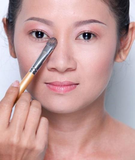 """""""Tiết lộ"""" cách trang điểm che bọng mắt hiệu quả cho chị em5"""