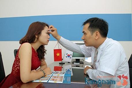 thăm khám phẫu thuật thẩm mỹ mắt