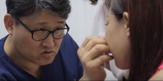 Bác sĩ thăm khám lại sau khi nhấn mí mắt cho khách hàng