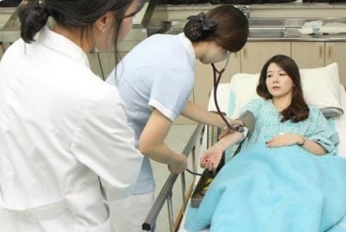 Các bác sĩ tham khám sau lấy mỡ mí mắt trên tại Kangnam