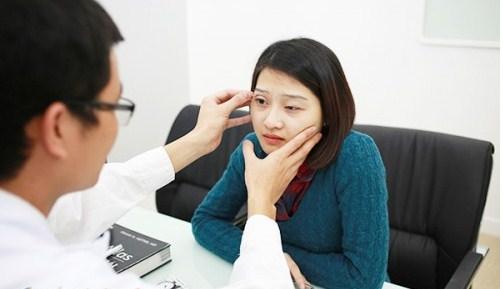 Bác sĩ thăm khám và đưa ra mức độ nặng nhẹ của khách hàng
