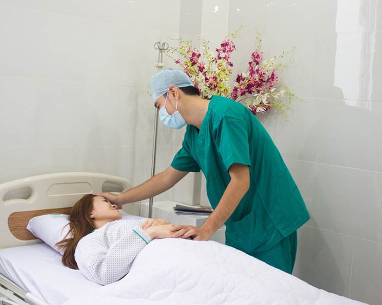 Bác sĩ Kangnam tư vấn cho khách hàng sau phẫu thuật mắt to